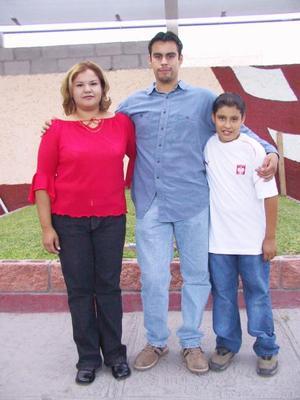 El joven Gregorio García (centro) regresó de Polonia luego de asistir a un curso de electricidad, lo acompañan sus hermanos.