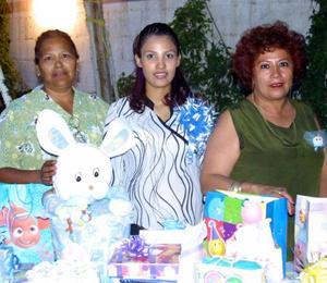 Janeth González de Medina acompañada de Martha Cuevas de Medina y ROsa Elia Márquez de González anfitrionas de su fiesta de canastilla