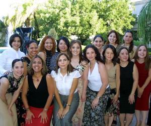 Linda Yvette Fernández con sus amigas el día de su despedida de soltera