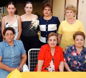 <b> 14 de agosto </b> <p> Un grupo de damas acompaña a Margarita Silveyra Ponce en la despedida de soltera que le ofreció su mamá Silvia Sugasti de Silveyra.