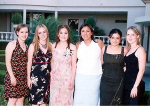Clarisa Vargas, Odila Vargas, Salma Manzur, Sonia Manzur y Laura López Willy en la despedida de soltera de Linda Yvette Fernández.