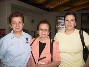 Celia De la Fuente se trasladó a México para visitar a sus hijos y nietos, la despidieron su hija María Celia de Lazarín y su nieta Heidi Lazarín.