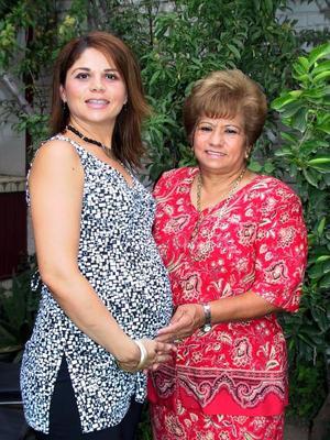 Alma de Juárez con su mamá, Alma Milán de Monjarrez, quien se esmeró en los preparativos de la fiesta de canastilla