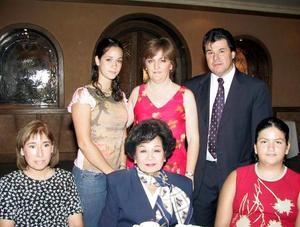 Martha García de Alba, Socorrito Lee de Ramírez, Christine Jabiol Ramírez, Marcela Alba García, Marina López de García y Alejandro García