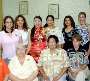 Verónica Lara Duarte con un grupo de damas asistentes a su despedida de soltera