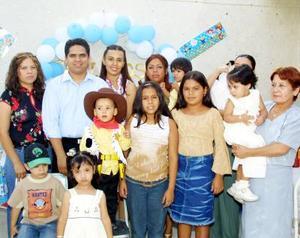 Carlos Alejandro Perales Cassio acompañado de sus papás, Carlos Perales y Karla Cassio e invitados a su fiesta de cumpleaños.