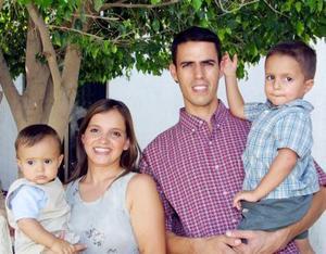 Hernán Franco con sus papás Mauricio Franco y Mariana García de Franco y Emiliano, en el festejo que le ofrecieron por su primer año de vida.