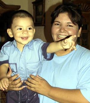 Iker Rafael Caldera con su tía Farah Silva en el festejo que el ofrecieron por su primer año de vida.