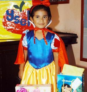 <b> 15 de agosto </b> <p> Ysel Delgado Niño con su vestido de Blanca Nieves, en la fiesta que le ofrecieron por su cuarto cumpleaños.