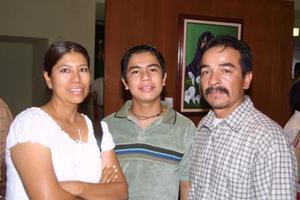 <b> 16 agosto 2003 </b> <p> Patricia Chacón de Macías, José Antonio Macías Chacón y José Antonio Macías Rodríguez asistentes a una muestra plástica.