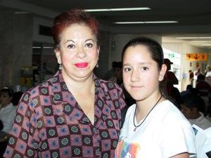 <b> 16 agosto </b> Retornó a la capital del país Valeria Jiménez García; la despidió en el aeropuerto, su  abuela  Elvia Werschitz.