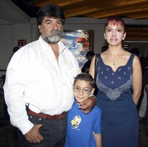 A Huatulco viajó Rosa María Núñez y fue despedida por su esposo Othón Gittinos y su hijo Omar.