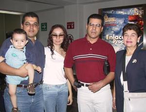 Eduardo Yassín regresó a TIjuana luego de visitar asus familiares en La laguna, lo despidieron su mamá Alicia de Yassín , Miriam y Guillermo  Yassín.
