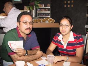 En un viaje de estudios a Tijuana se trasladó Monserrat Garza y fue despedida por su papá Ulises Garza.