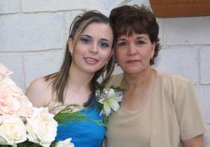 Ana Lucy Suárez Suárez con su mamá Lolos de Suárez quien le ofreció una fiesta de despedida.