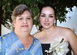 Elba Edith Ramírez Cárdenas junto a la anfitriona de su despedida de soltera Elba Cárdenas de Ramírez.