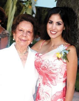 Gaby Díaz de  León Maisterrena co nsu abuelita la señora Eva Viesca de Maisterrena.
