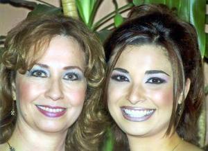 Jessica Rocío Arrañaga al lado de su mamá, Dra. Rocío Arrañaga Ramírez, quien le deseó la mejor de las suertes en su cercano matrimonio.