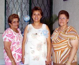 Blanca Estela Flores de Torres junto a las anfitrionas de su fiesta de canastilla, María de la Luz García de Flores y María Elena Máruqez Torres, celebrada en días pasados.