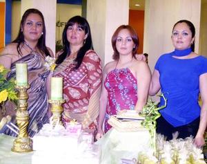 Con una despedida de soltera festejaron a Perla Monserrat Farías James, ofrecida por su mamá Irene James y sus hermanas Roxana y Laura Farías, quienes la acompañan.