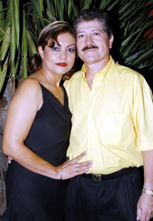 José Ángel Flores festejó su cumpleaños  en compañía de su esposa, María Georgina Favela Salazar.