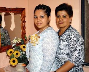 María de Lourdes Morales Raygoza junto a la anfitriona de su fiesta de  canastilla, María de Lourdes Raygoza.