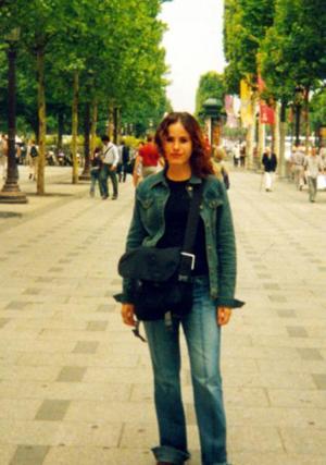 María del Pilar González Arriaga en la avenida Campos Eliseos, en París, durante un viaje de estudios en la Universidad Pontíficia de Madrid España