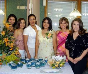 María Teresa del Rocío Vázquez Martínez con sus amigas, Mariana Corral, Ángeles Escamilla, Brenda Jara, Marcela Vázquez, Mirna Ruiz y Lorena Espino, asistentes a su despedida de soltera.