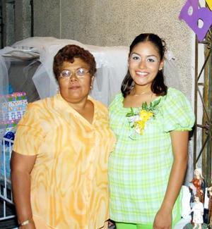 Verónica Robles Hernández junto a la anfitriona de su fiesta de canastilla Francisca Hernández Ávila.