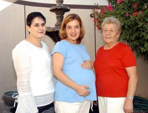 Amira Hamle de Castro fue homenajeada con una fiesta de canastilla, aquí aparece junto a las anfitrionas Ángeles de Castro y Hermelinda de Hamle.