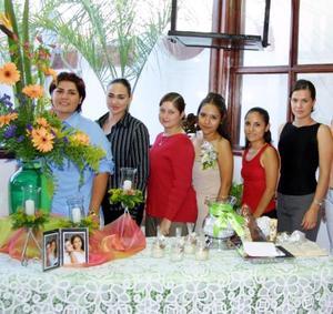 Amistades y familiares de Norma Delgado Lozano se reunieron en la fiesta de despedida que les ofrecieron María del Rosario de Delgado y Milagros de Salinas.
