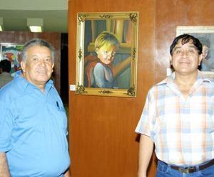 Constantino Navarro Torres y Saúl Escobedo Soto en la ceremonia inaugural de una exposición plástica.