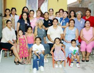 En la fiesta de canastilla de Mónica Cecilia Tinajero de Valderrama estuvieron presentes muchas de sus amigastes y familiares.