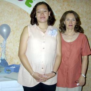 Nadia Joamhy Contreras Pimentel junto a su mamá Rosabla Pimentel quien le organizó una fiesta de canastilla.