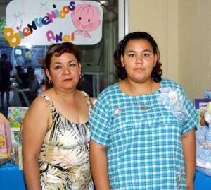 Perla Angélica Orozco de Montejano en la fiesta de canastilla que le organizó María Elena Martínez Jara