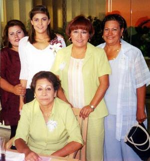 Una despedida de soltera le ofrecieron a Teté Reyes, la acompañan Irene Valadez, Yadira Pérez, Sonia Valadez y Gloria Valadez.
