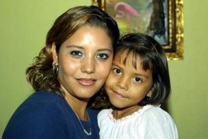 Cecilia Ayerim Romero junto a su mamá, Michelle Mejía Romero, en reciente festejo infantil.