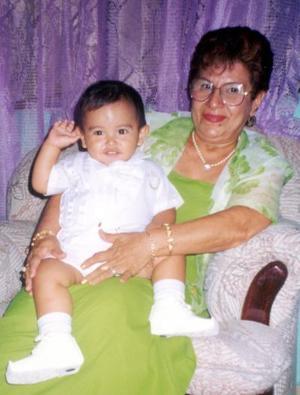 El pequeño Gabriel Alonso González Díaz junto a su abuelita, María del Consuelo Gutiérrez de Ávila, el día que recibió las aguas bautismales.