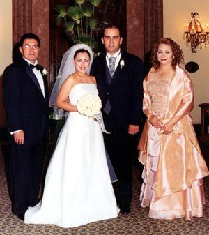 Bruno III Solís Martell y Lizeth Espinoza acompañados por los papás de la novia, los señores Alfredo Espinoza Castruita y Rosa María Villa de Espinoza