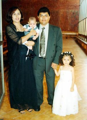 César Ricardo Carillo Morales y Lorena Salazar de Carrillo con sus pequeños Luis Ángel y Lesly en la boda religiosa de Roberto Burgos y Dalia Carrillo.