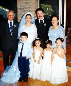 Dalia Carrillo y Roberto Burgos acompañados de Horacio Carrillo,. Catalina de Carrillo, niños Erik Horacio Carrillo, Lesly Carrillo, Ariadne Moctezuma y Patricia Carrillo.