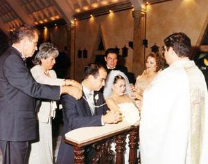 El lazo de Bruno Solís Martell y Lizeth Espinoza fue colocado por sus padres, los señores Bruno Solís Echeverría y Julia Martell de Solís; Alfredo Espinoza Castruita y Rosa María Villa de Espinoza.