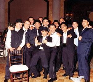 El novio Bruno Solís con sus amigos, Abraham, Juan , Sergio, Juan, Homero, Enrique, César, Ernesto, Carmelo, Toño, Pimpo y Armando.