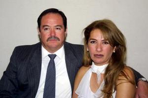 En reciente festejo social  fueron captados el señor Carlos Ávila Orozco y Gabriela de la Peña Izaguirre.