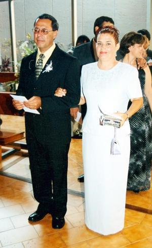 Marco Aurelio Burgos Martínez y Raquel Márquez de Burgos en la ceremonia religiosa de Roberto Burgos y  Dalia Carrillo.