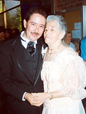 Roberto Burgos Martínez con su mamá Josefina Martínez Vda de Burgos.