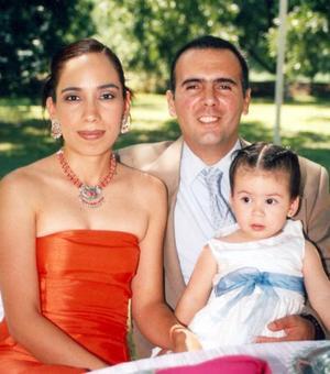 Rosa del Carmen López de Guerra y Sergio Guerra Olivares con su pequeña hija Ana Paula.