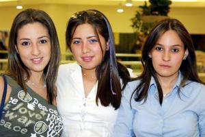 Alejandra Cobián, Mirna Ch y Aline Barrón, en conocido centro comercial de la localidad.