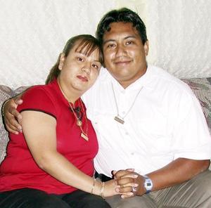 Carlos García Pérez festejó su cumpleaños al lado de su novia, Lorena Morua Ramírez.