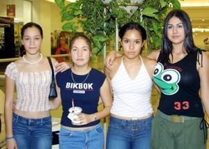 Cynthia Medinaveitia, Ana Sylvia Montemayor, Karen Guillén y Laura Ponce en conocido centro comercial.